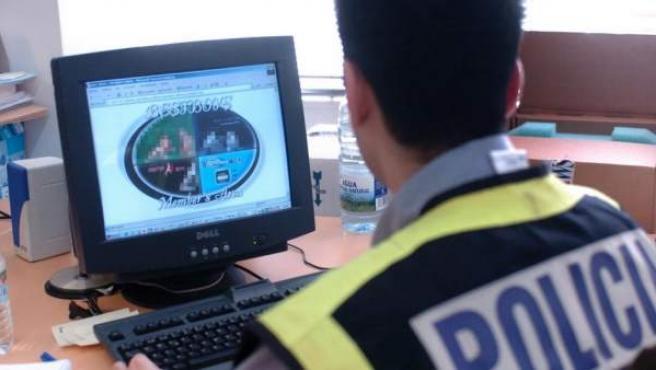 Un agente de policía inspecciona una web de internet vinculada a una operación contra la distribución de pornografía infantil, en una imagen de archivo.