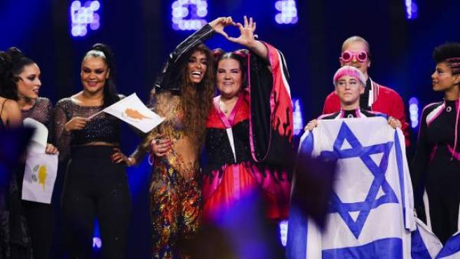 Eleni Foureira, representante de Chipre, y Netta, de Israel, sobre el escenario de Eurovisión esta pasada semana.