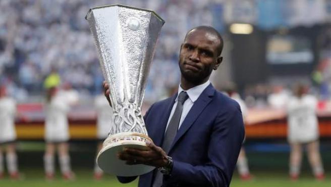 Eric Abidal, antiguo ídolo de la afición de Lyon, llevó el trofeo al estadio.