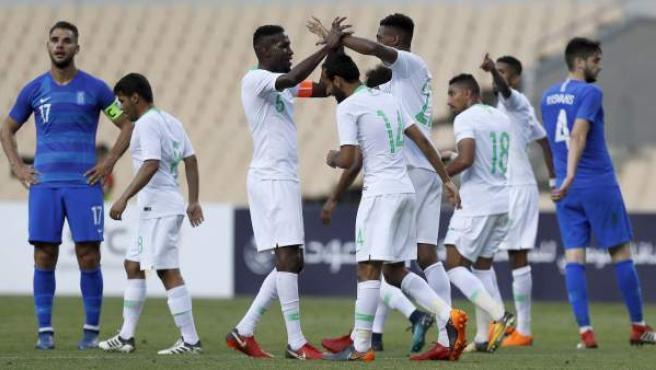 Los jugadores de Arabia Saudí celebran un gol ante Grecia.
