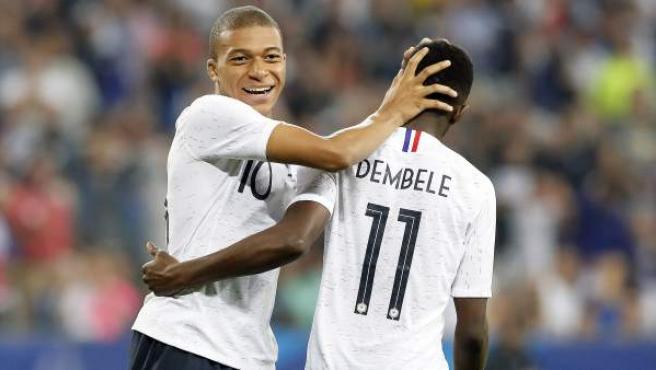 Mbappé y Dembéle celebran un gol con la selección de Francia.