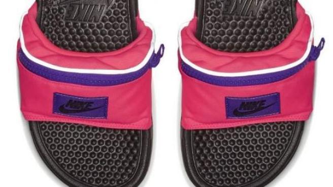 compras nuevo lanzamiento ahorre hasta 60% Nike incluye riñonera a sus sandalias piscineras para competir contra el  modelo peluche de Rihanna para Puma