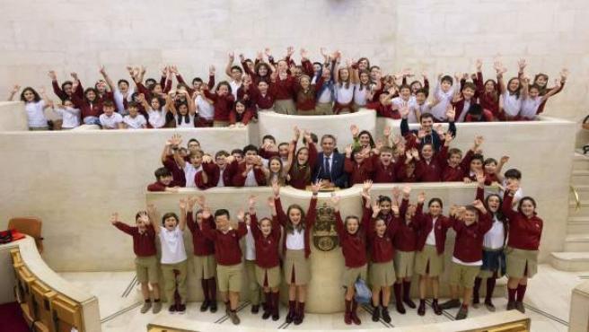 Visita alumnos del colegio La Paz de Torrelavega al Parlamento con Revilla