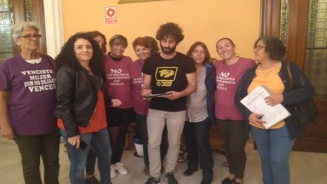 Julián Moreno co las trabajadoras