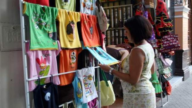 Una Turista, En Una Tienda De Souvenirs