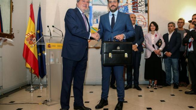 El ministro de Cultura y Deporte, Màxim Huerta (d), y su antecesor en el cargo, el exministro de Educación, Cultura y Deporte, y portavoz del Gobierno, Íñigo Méndez de Vigo, en la ceremonia del traspaso de carteras.