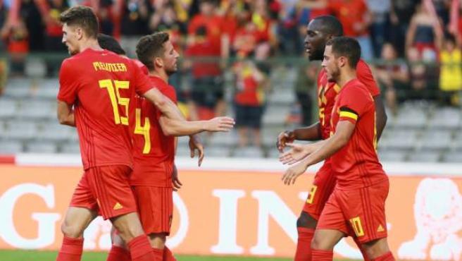 Los jugadores de Bélgica celebran una anotación de Eden Hazard .