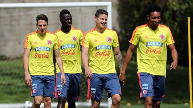 Los jugadores de la selección colombiana de fútbol (i-d) Santiago Arias, Davinson Sánchez, James Rodríguez y Johan Mojica.