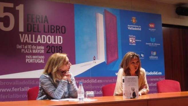 María Dueñas (dcha), con Beatriz Hernández, en la Feria del Libro. 7-6-2018