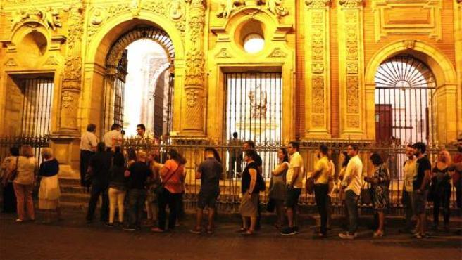 Colas a las puertas de San Luis de los Franceses