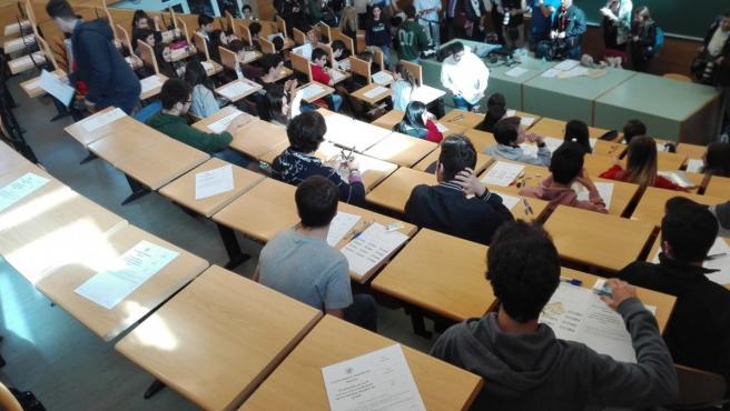 Estudiantes antes de realizar la prueba de acceso a la Universidad.
