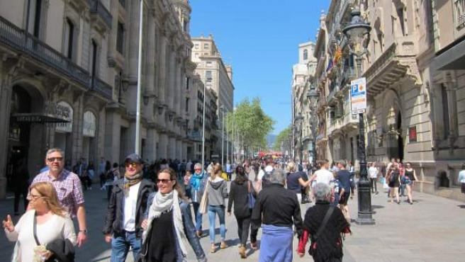 Imagen de archivo de viandantes por una calle de Barcelona.