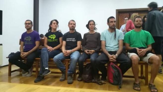 Los seis jóvenes acusados por rehabilitar una antigua aldea en Guadalajara.