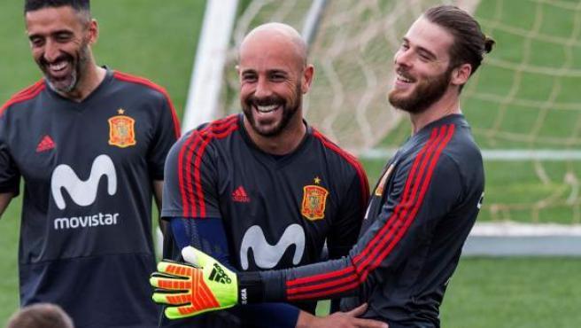 Pepe Reina ríe con David de Gea en un entrenamiento de la Selección española