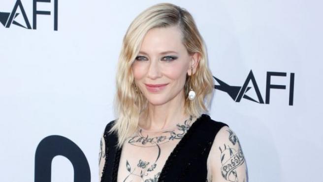 La actriz australiana Cate Blanchett posa a su llegada a la gala del 46º premio a la carrera profesional, que entrega el Instituto de Cine Americano (AFI), en el teatro The Dolby Theatre de Hollywood, California (Estados Unidos).