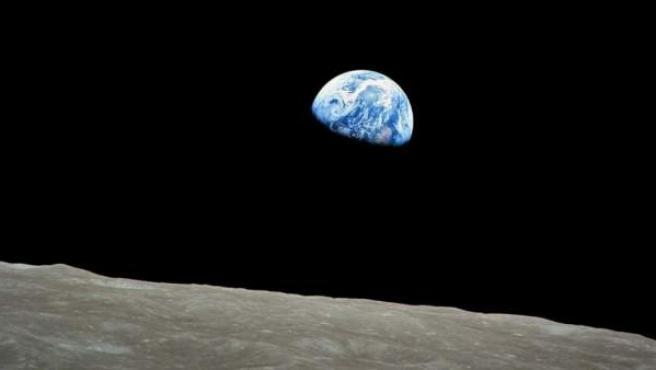 Fotografía facilitada por la NASA que muestra el planeta Tierra fotografiado desde la Luna.