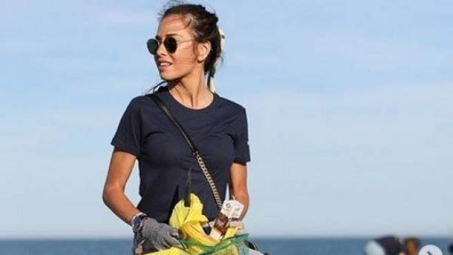 La bloguera e influencer Marta Carriedo, en una acción de recogida de basura para concienciar sobre la contaminación en los océanos.