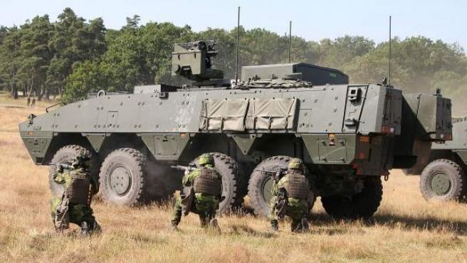Imagen de archivo de soldados suecos junto a un vehículo blindado.