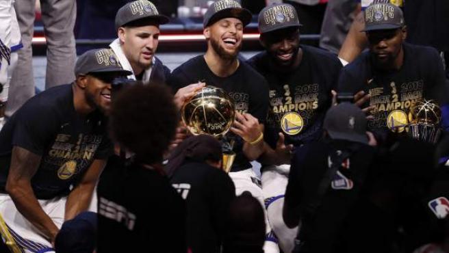 Andre Iguodala, Klay Thompson, Stephen Curry, Draymond Green y Kevin Durant celebran el título de la NBA.