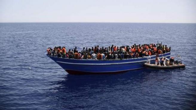 Imagen de archivo de un rescate de cientos de inmigrantes por la Guardia Costera italiana en aguas del Canal de Sicilia, en el sur de Italia.