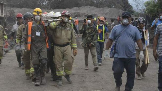 Labores de rescate en el volcán de Fuego, en Guatemala.