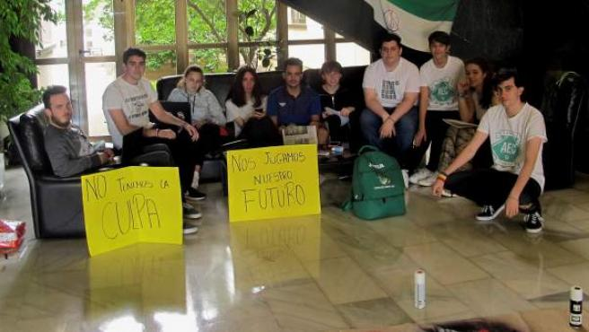 Un grupo de estudiantes encerrado en el rectorado de la Universidad de Extremadura para protestar por la repetición de parte de los exámenes de la EBAU.