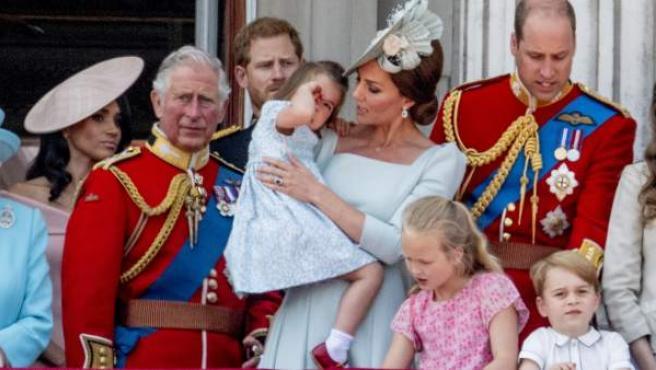 Kate Middleton consuela a la princesa Charlotte en el balcón del palacio de Buckingham.