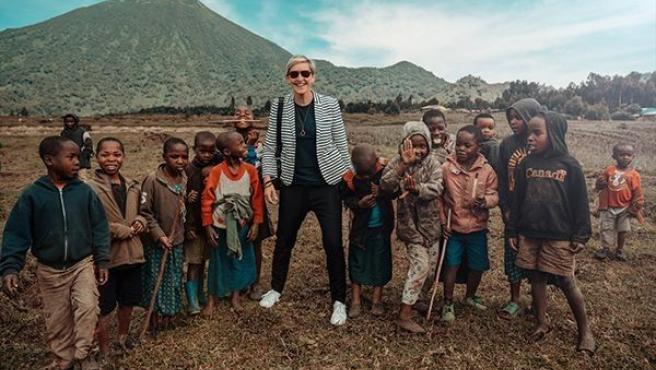 La actriz y presentadora Ellen Degeneres posa sonriente junto a unos niños, durante un viaje a Ruanda.