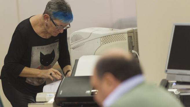 Trabajadores mayores de 55 años en una oficina.