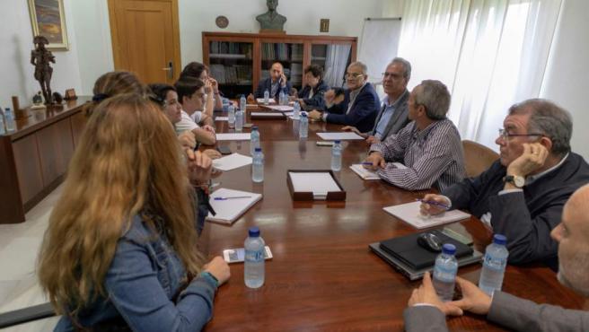 Representantes de los estudiantes de Extremadura mantienen una reunión con el rector, Segundo Píriz, tras la filtración de los exámenes de la EBAU.