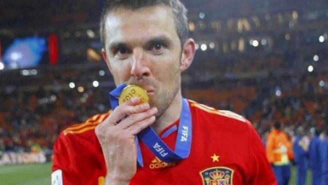 Carlos Marchena celebrando la Eurocopa de 2008 que conquistó con España.