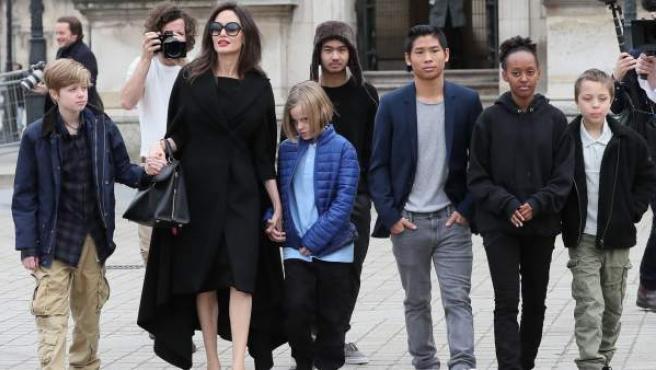 Angelina Jolie y sus hijos, de paseo por París el pasado enero.