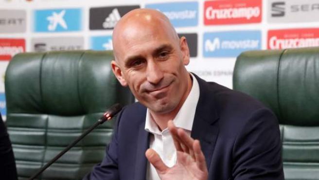 El presidente de la Federación Española de Fútbol, Luis Rubiales, posa durante la rueda de prensa convocada para anunciar la destitución de Julen Lopetegui.