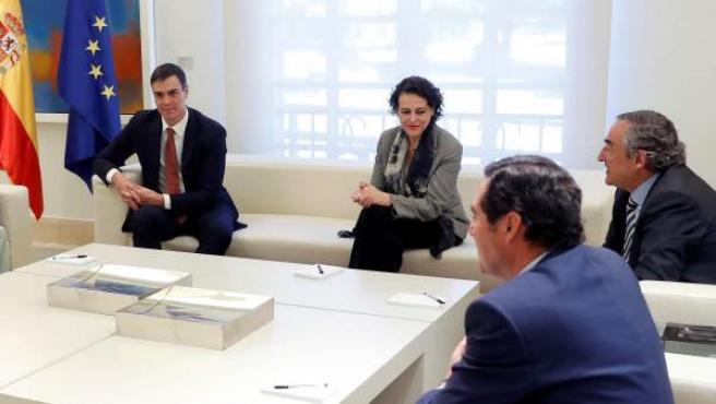 Pedro Sánchez (i), acompañado por Magdalena Valerio (3d), Antonio Garamendi (d), Juan Rosell (2d), Pepe Álvarez, y Unai Sordo, esta mañana en el Palacio de la Moncloa.