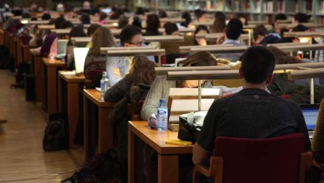 Alumnos estudiando, en una imagen de archivo.