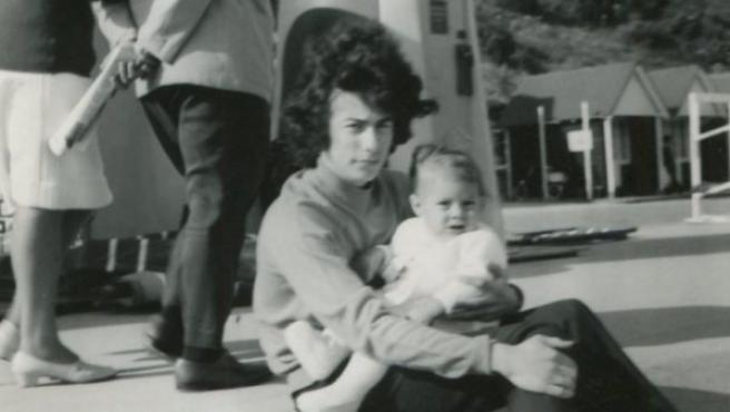 El escritor Ken Follett con su hijo, recientemente fallecido, en una foto antigua subida por el autor.