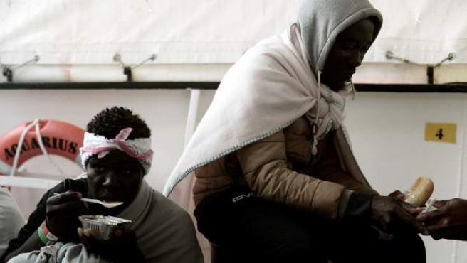 Guardas costeros italianos facilitan suministro alimentario a los migrantes del Aquarius.