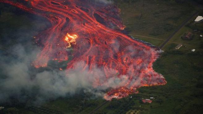 Imagen que muestra un río de lava del volcán Kilauea a punto de tragarse una vivienda en Pahoa, Hawái (EE UU).