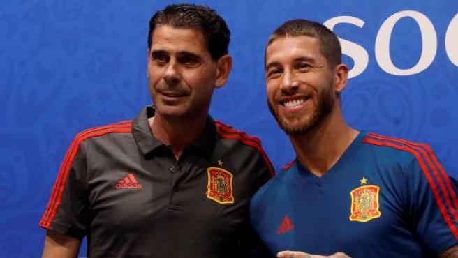 Sergio Ramos y Fernando Hierro tras la rueda de prensa de la selección.
