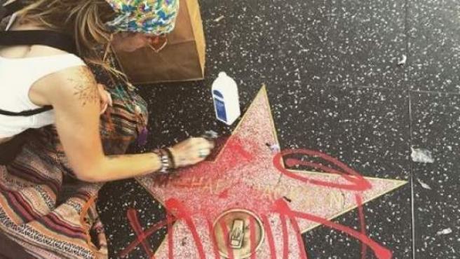 La actriz Paris Jackson, hija de Michael Jackson, en el momento en que limpiaba un grafiti de una estrella con el mismo nombre de su padre.