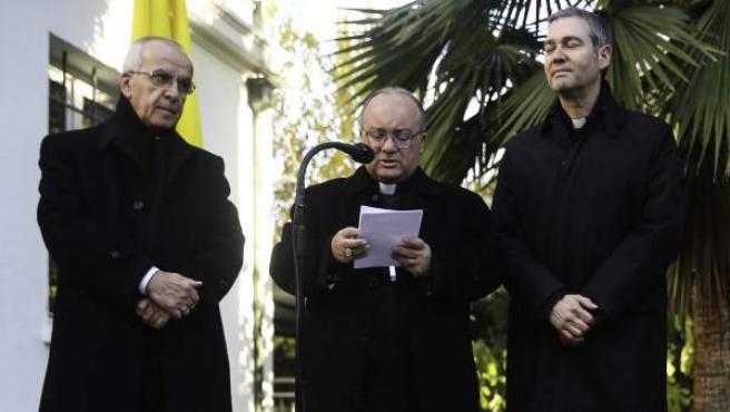El arzobispo maltés Charles Scicluna (centro) y sacerdote español Jordi Bartomeu (dcha) en Chile.