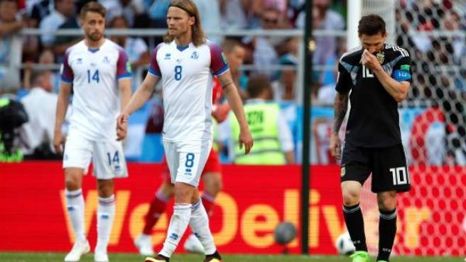Leo Messi, cabizbajo ante Islandia.