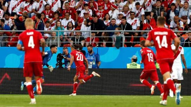 El danés Poulsen celebra su gol ante Perú.
