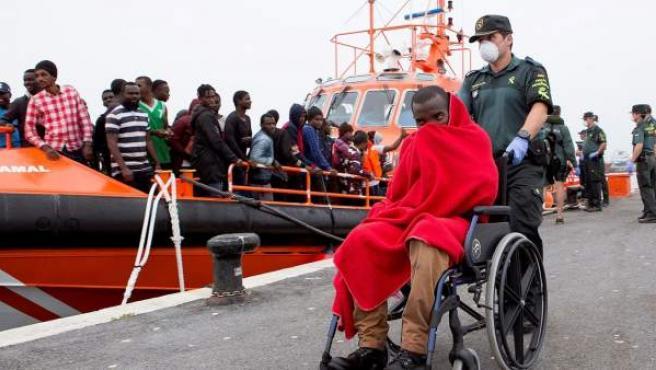 Llegada al puerto de Motril de 53 inmigrantes subsaharianos que fueron rescatados por Salvamento Marítimo.