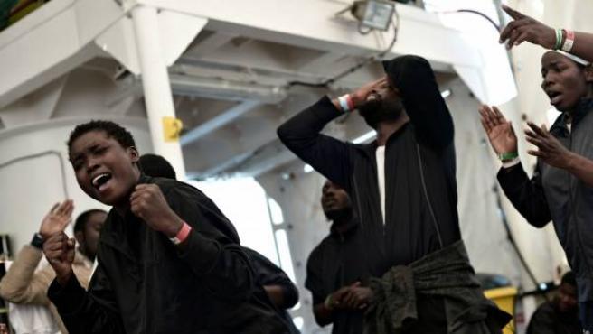 Los inmigrantes del Aquarius celebran su traslado al puerto de Valencia tras ocho días de travesía por el Mediterráneo.