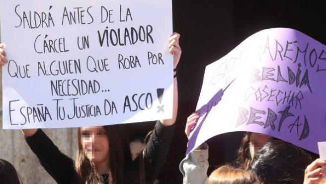"""Concentración de estudiantes contra la Sentencia de """"La Manada"""" este jueves en Ponferrada."""