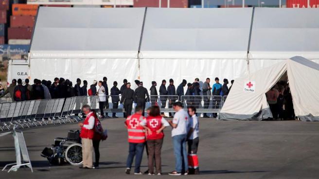 El Dattilo atraca en Valencia con 274 de los 630 inmigrantes del Aquarius.