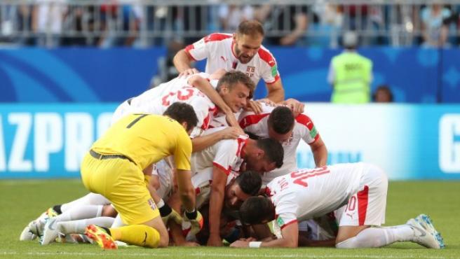 Los jugadores de Serbia celebran el gol ante Costa Rica.