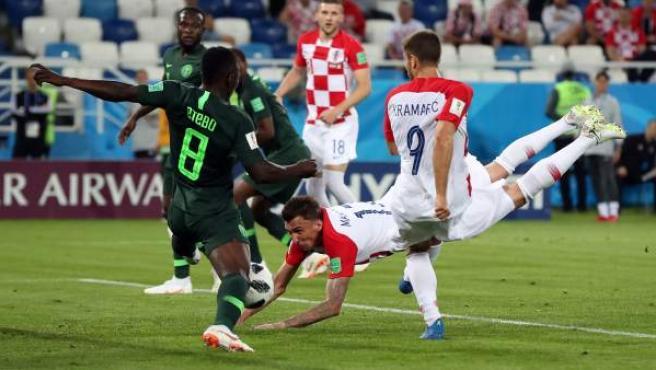 Momento en el que Mandzukic remata y la pelota golpea en Itebo en el Croacia-Nigeria del Mundial.