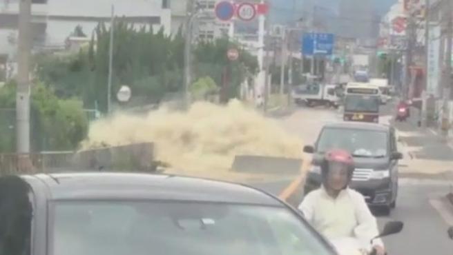 Imagen que muestra la rotura de una tubería, tras un terremoto de 6,1 grados de magnitud en la región de Osaka.